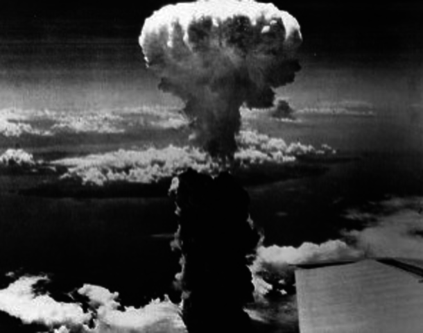 atom-bombe over Hiroshima