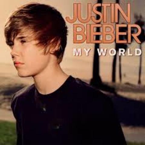 "Albúm debut ""My World"""