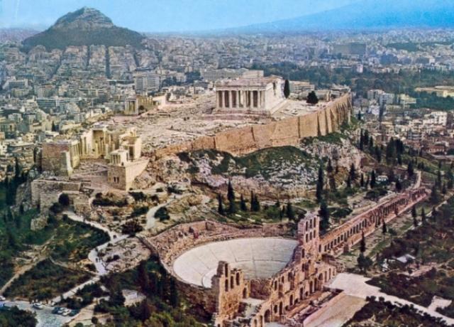 Фемистокл заново отстраивает Афины