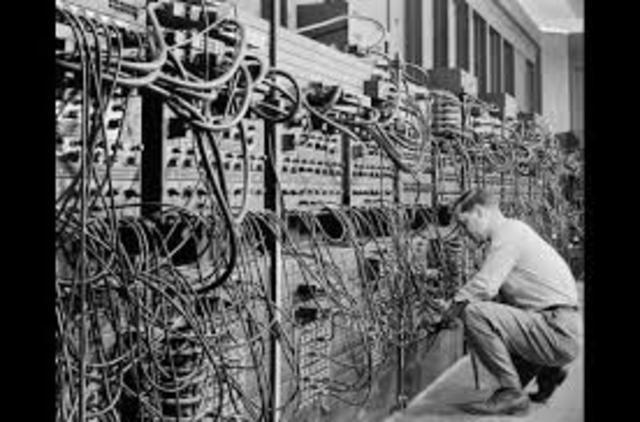 O ENIAC torna-se operacional, inaugurando a primeira geração de computadores.