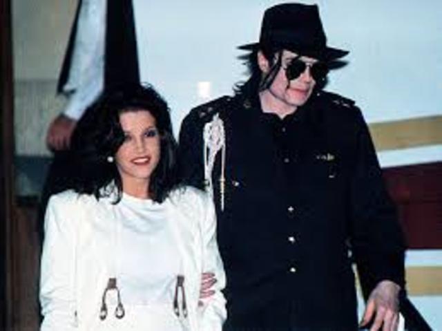 Michael Jackson marries Lisa Marie Presley