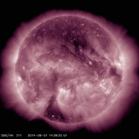 На Солнце наблюдается большая корональная дыра