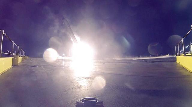 """Илон Маск опубликовал фотографии посадки первой ступени ракеты-носителя """"Falcon-9"""" на плавучий космодром"""