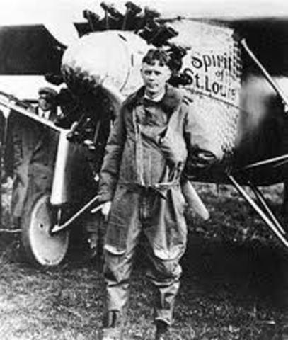 Charles Lindbergh makes solo flight across the Atlantic