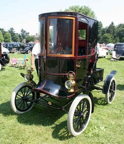 The Doctor's Coupe, an enclosed style of Ford, was first introduced.