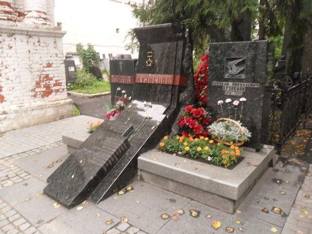 похоронен на Новодевичьем кладбище в г.Москве