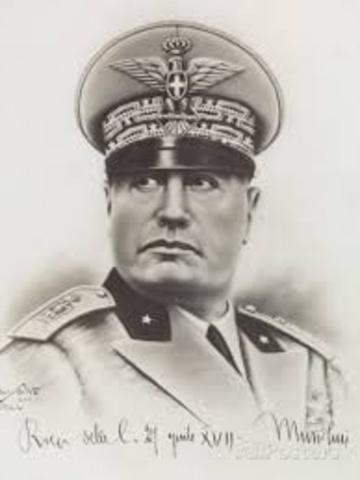 Sube Mussolini al poder.