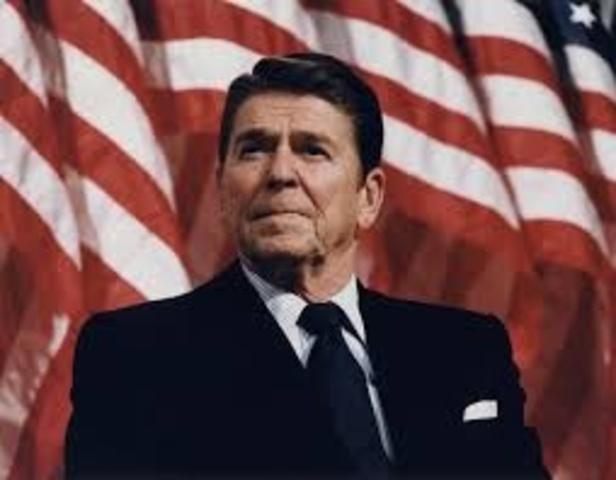 Sube Ronald Reagan al poder.