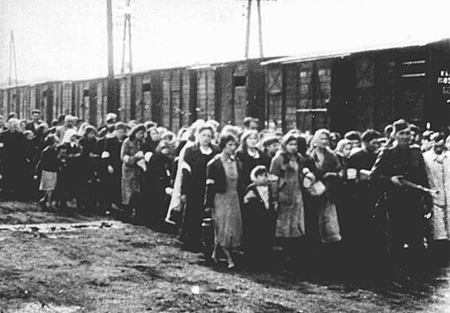 Sighet Jews get deported