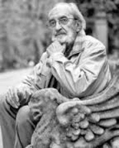 Nace Ángel González en Oviedo