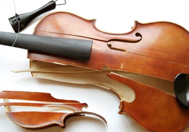 Elie finds Juliek dead and his violin smashed