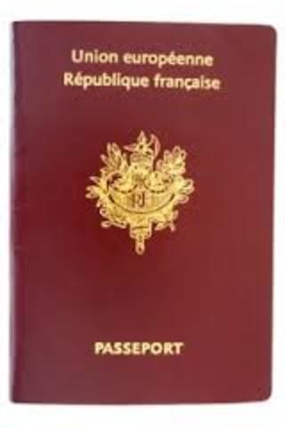 J'obtiens un faux passeport sous le nom d' Arthur Roy.