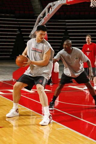 Hakeem teaches Yao Ming
