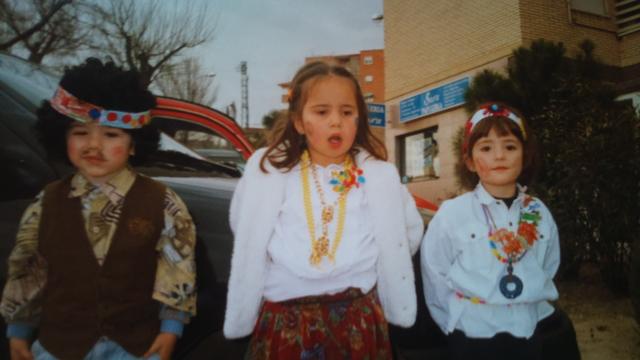 En carnavales disfrazada de hippie.