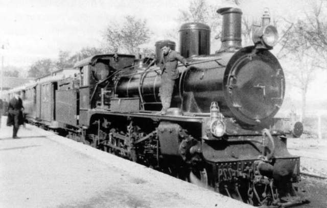 Locomotora a vapor y surgimiento de las primeras vías férreas  de gran extensión.