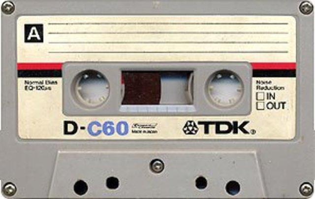 Nace el Compact Cassette