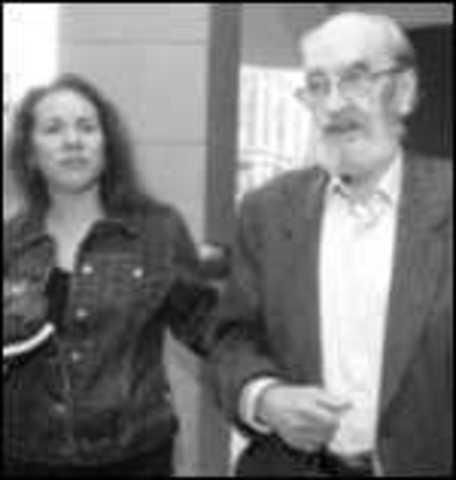 Se casa con Susana Rivera. El poeta se jubila como profesor de la Universidad de Nuevo México. Sigue residiendo en Estados Unidos pero las visitas a España cada vez son más reiteradas.
