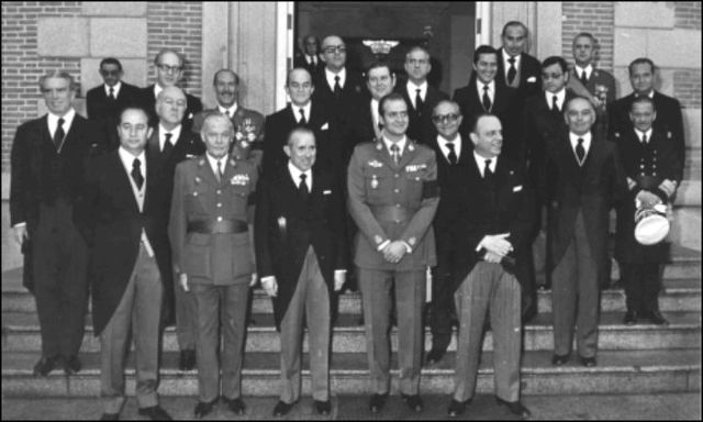El rey nombra su primer gobierno presidido por Arias Navarro