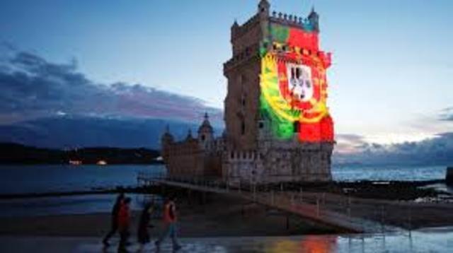 Em Portugal, é criada a Fundação da Universidade Aberta