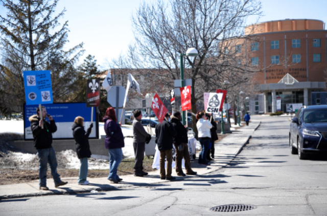 Manifestation devant l'hôpital du Lakeshore