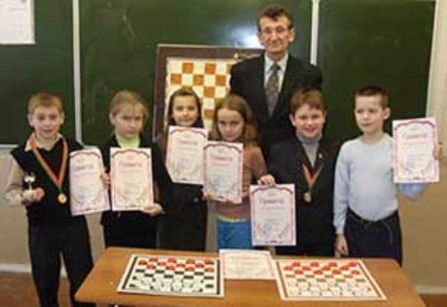У нас в гимназии есть шашечная-школа .