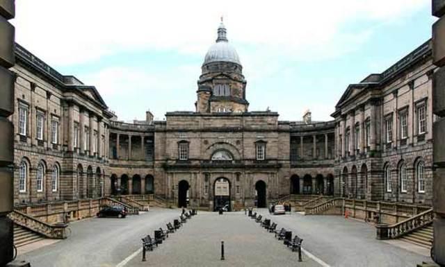 Darwin ingresa en la Universidad de Edimburgo para estudiar medicina.