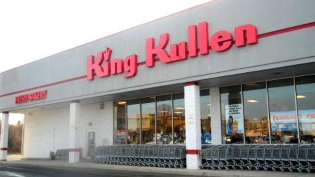 The first U.S. supermarket, King Kullen, opens