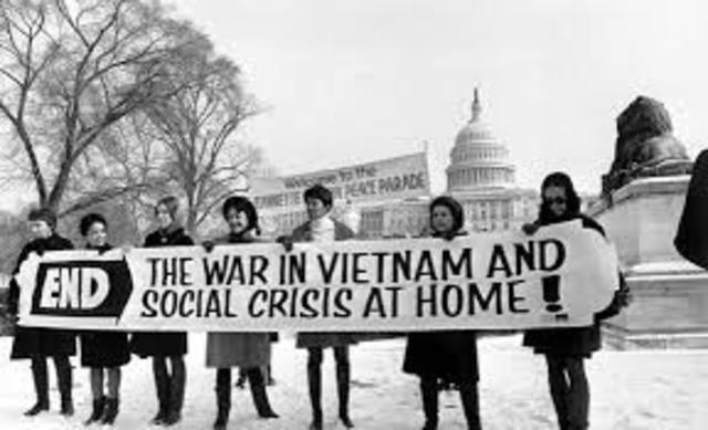 EEUU inicia bombardeos masivos en Vietnam