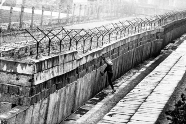 Se inicia la Construcción del Muro de Berlín