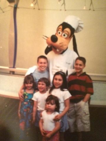 Hace doce años que yo fui a disney,  Yo fui a Disney con mi familia.