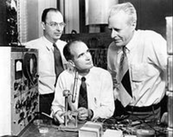Shockey, Barden y Brittain inventan el transistor de estado sólido