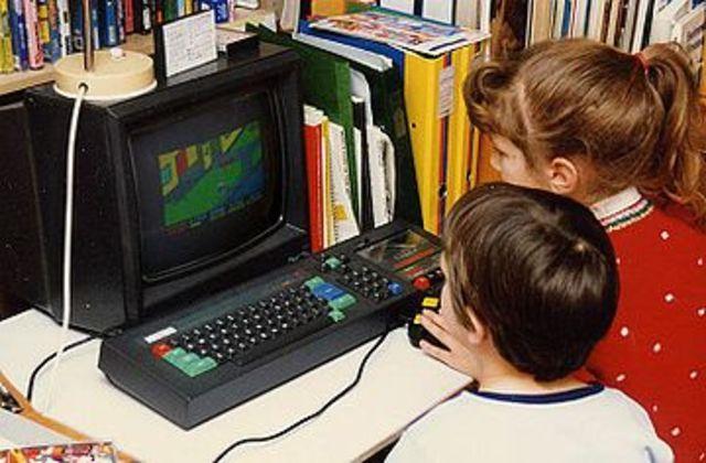 Uso generalizado de computadoras personales y minicomputadoras