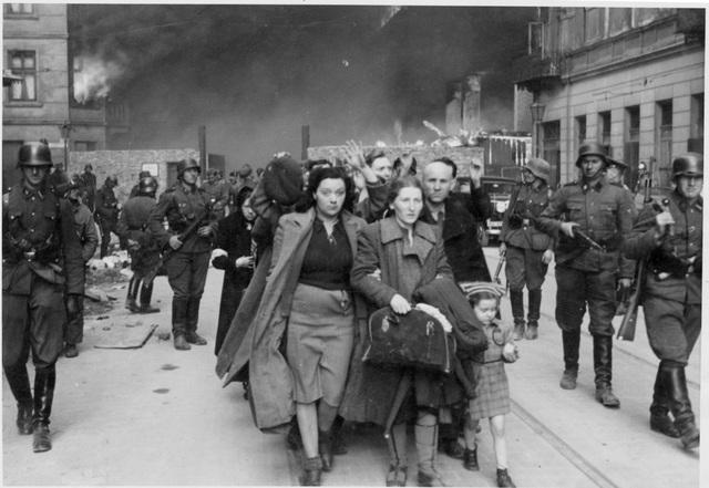 Varsòvia és capturada per l'exèrcit alemany.