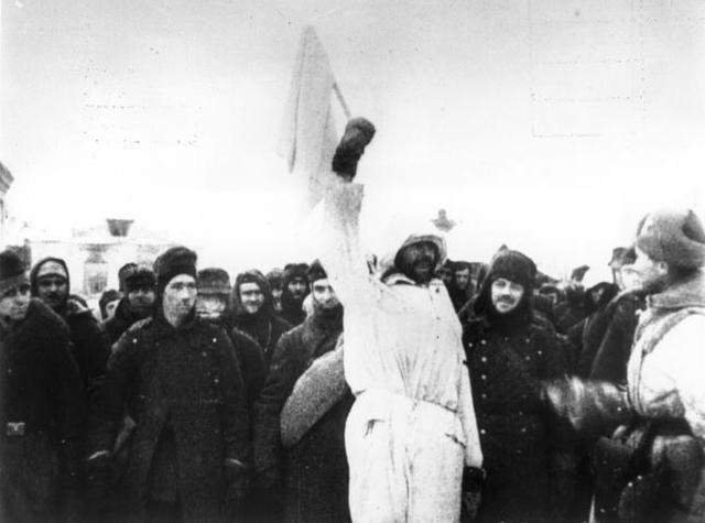 Les restes del 6è Exèrcit alemany es rendeix a les tropes soviètiques a Stalingrad