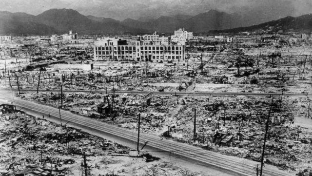 Els americans llencen Fat Man una bomba atòmica de plutoni sobre Nagasaki