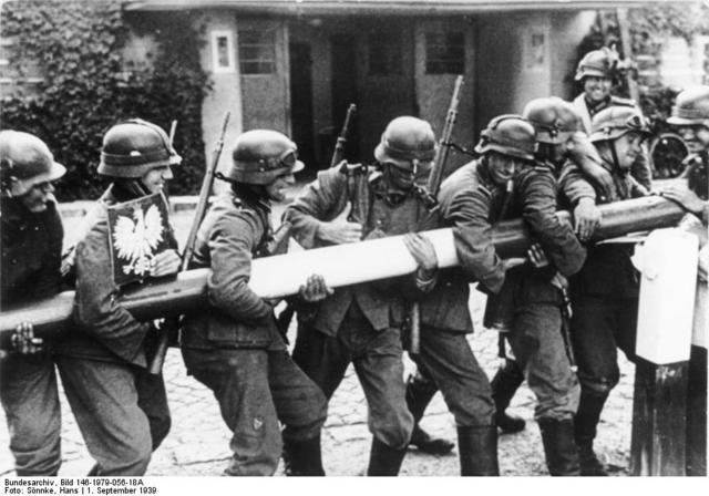 Inici de la Guerra: Alemanya envaeix Polònia.