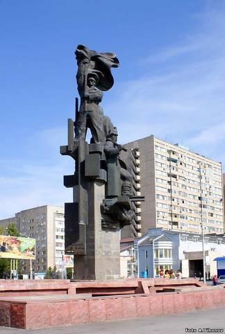 Памятник Корчагинский поход продолжается