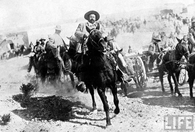 Francisco Villa invade Columbus, en Nuevo México.