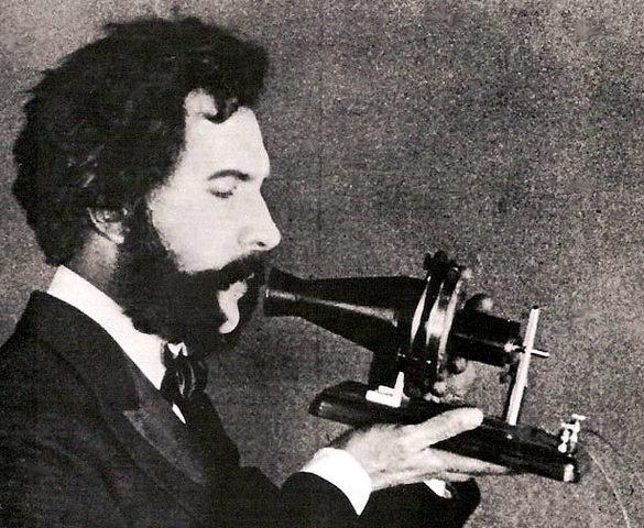 Grahan Bell inventa el teléfono