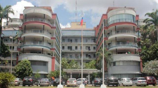 Grupo oficialista acosa a dos periodista en rueda de prensa del Hospital Universitario
