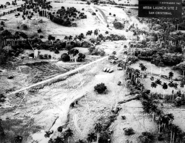 Octubre: Crisis de los misiles. Washington y Moscú se enfrentan por cohetes nucleares soviéticos instalados en Cuba.