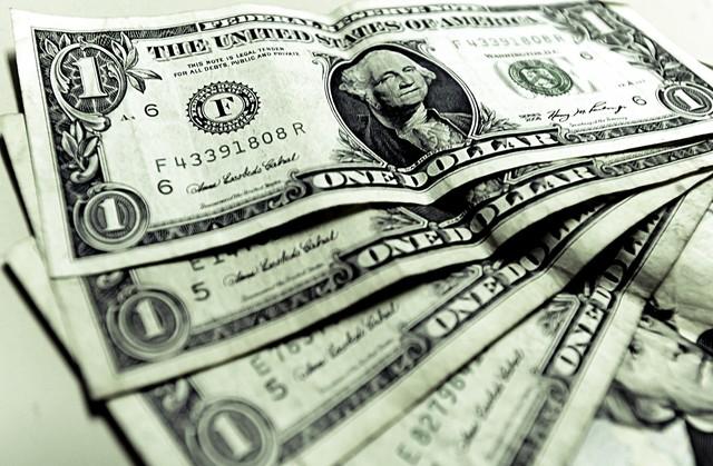 Julio: Fidel Castro autoriza la circulación del dólar en la isla.