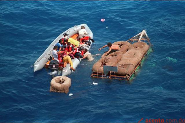 Agosto: Crisis de los balseros: luego de que Cuba dejara de impedir salidas ilegales, unos 35.000 cubanos se lanzan al mar para tratar de llegar a Florida. La crisis termina un mes después tras negociaciones entre ambos países.