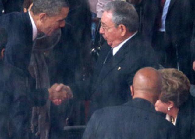 Barack Obama y Raúl Castro se dan un histórico apretón de manos en Sudáfrica durante los funerales de Nelson Mandela.