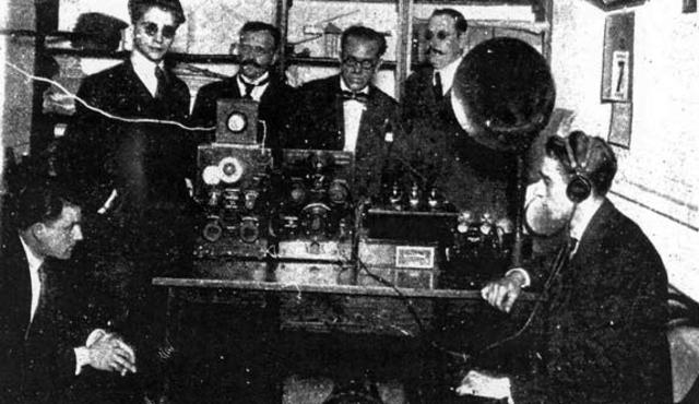 Primeras transmisiones de radio AM para entretenimiento