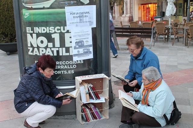 Los libros 'toman' las calles por Las Palomas