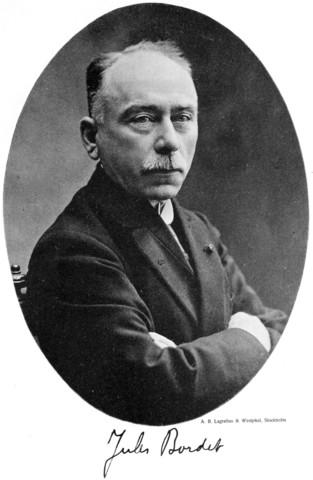 """Jules Bordet (1870-1961) descubre otro componente sérico relacionado con la respuesta inmunitaria, al que bautiza como """"alexina"""", caracterizado, frente al anticuerpo, por su termolabilidad e inespecificidad"""