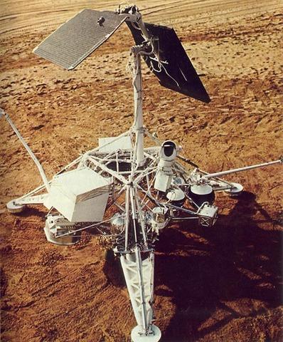Surveyor 1 lands on moon (USA)