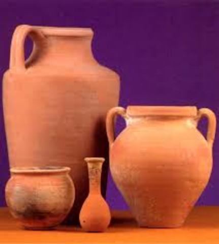 La cerámica y el vidrio son otra parte escencial para el desarrollo de las culturas, teniendo datos de que los primeros usos de la cerámica datan del 7500 a.C.