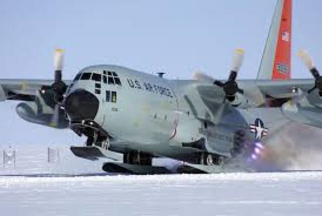 US aircraft lands at the South Pole